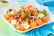 Sałatka z melonem i mozzarellą - orzeźwiająca letnia przekąska