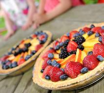 Tarta z domowym budyniem i owocami sezonowymi: przepis