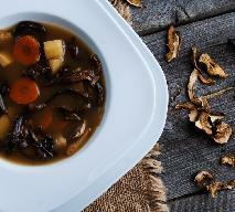 Zupa grzybowa: przepis na grzybową z łazankami