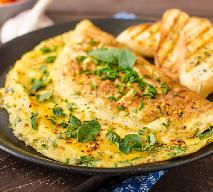 Omlet z kozim twarogiem i miętą