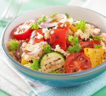 Letnia sałatka z grillowanej cukinii, pomidorów i mozzarelli