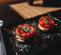 Wieżyczki z fetą przekładane grillowaną cukinią i pomidorem - przepis na elegancką przystawkę