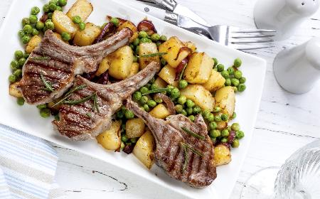Aromatyczne kotlety jagnięce - przepis na danie w 30 minut!
