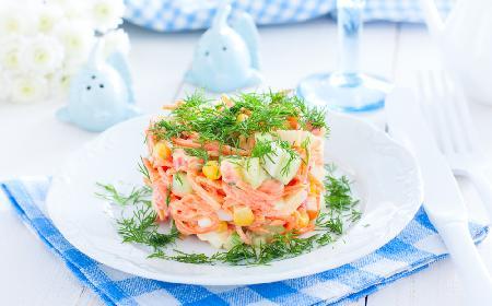 Super surówka z marchewki, świeżego ogórka i kukurydzy: przepis na chrupiącą sałatkę