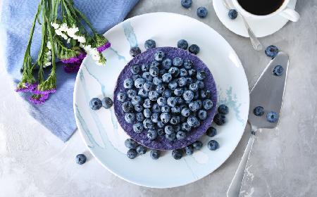 Delikatny serniczek jagodowy bez pieczenia - idealny deser na lato