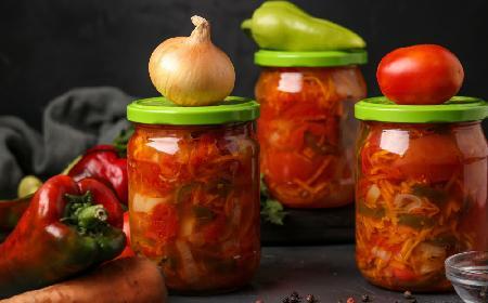 Połówki pomidorów z warzywami marynowane w kwasku cytrynowym: domowa sałatka ze słoika