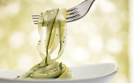 Letnia sałatka z cukinii z szynką i serem mozzarella