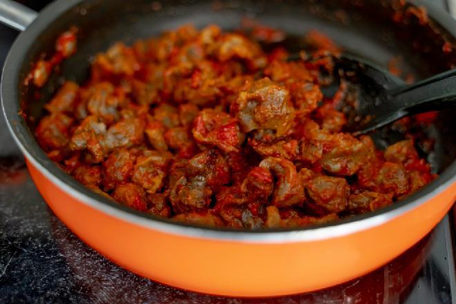 Paprykarz z żołądków drobiowych: oszczędny przepis
