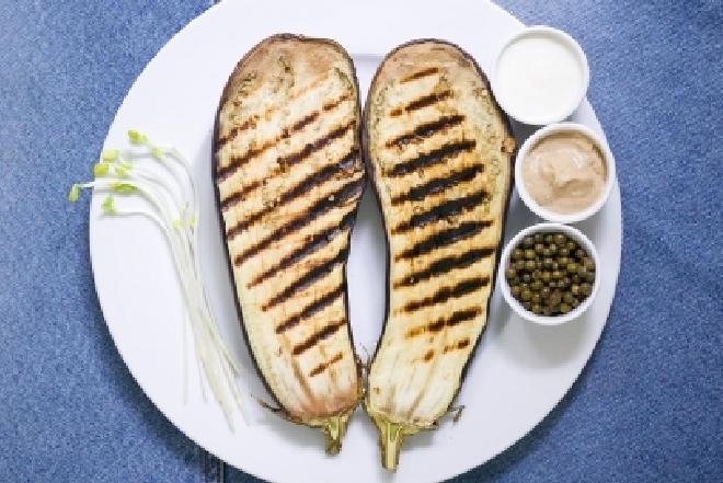 Grillowany bakłażan z sosem orzechowym: przepis