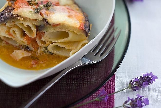 Zapiekanka z makaronu z bakłażanem i mozzarellą: przepis