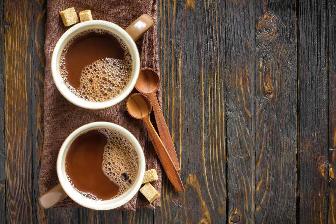 Kawa z kardamonem i likierem pomarańczowym: przepis na chłodne dni