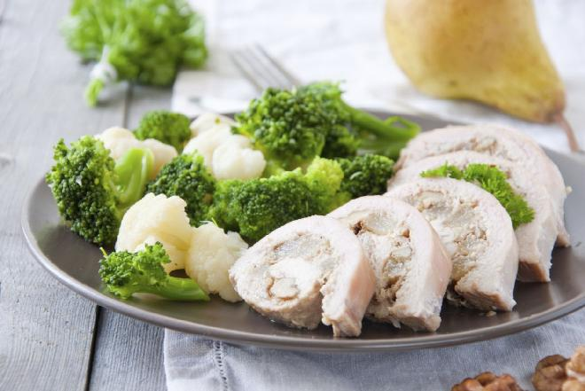 Roladki z kurczaka nadziewane bakaliami i kiełkami: przepis na danie fit