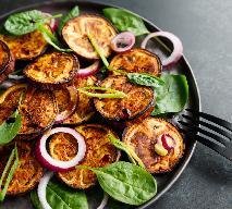 Zdrowa i sycąca sałatka z grillowanego bakłażana i szpinaku
