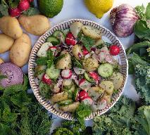 Sycąca sałatka ziemniaczana z ogórkiem i rzodkiewką w wyjątkowym dressingu z hummusu