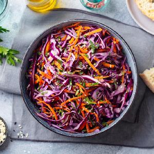 Chrupiąca surówka z czerwonej kapusty i marchewki: przepis na coleslaw