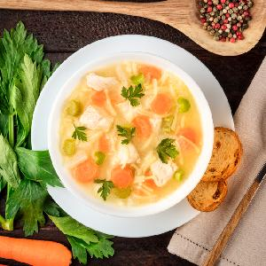 Ukraińska zupa z marynowanym kurczakiem i makaronem: łatwa, obfita, pyszna