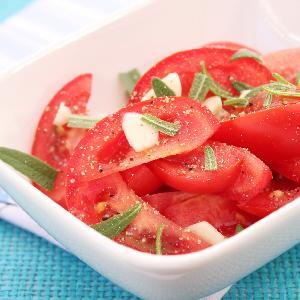 Sałatka z pomidorów z czosnkiem i szałwią - bosko prosta i cudownie aromatyczna