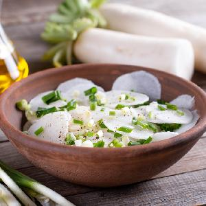 Surówka z białej rzodkwi daikon i szczypiorku: łatwa, pyszna, odżywcza