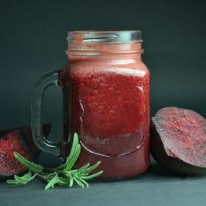 Koktajl z buraków, jabłek i marchewki: przepis na napój warzywny na zimę