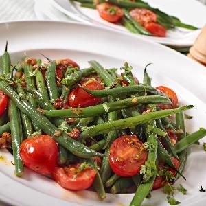 Sałatka z pomidorami i zieloną fasolką szparagową