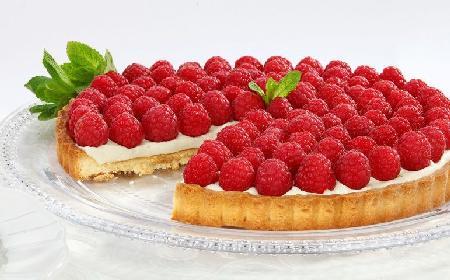 Tarta z malinami: przepis na ciasto owocowe na kruchym spodzie