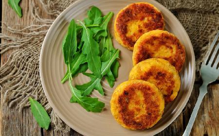 Pikantne placki z gotowanych ziemniaków i żółtego sera