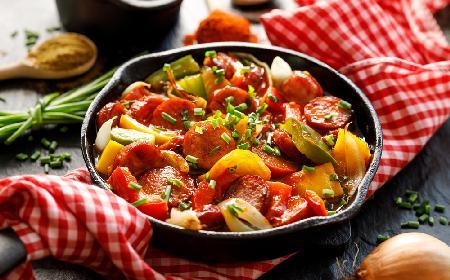 Niedrogi i pożywny gulasz z mortadeli z warzywami - sposób na wykorzystanie resztek wędlin