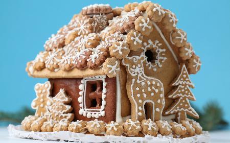 Domek z piernika: świąteczy przysmak dekorowany małymi pierniczkami [WIDEO]