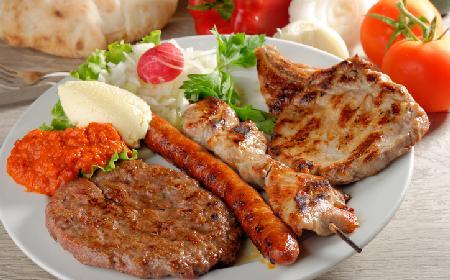 Pleskawica: kotlety mielone z kuchni bałkańskiej - idealne na rodzinny obiad [WIDEO]