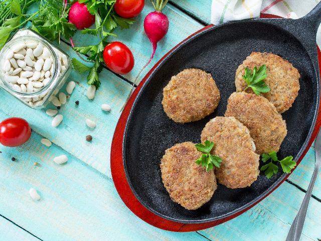 Kotlety z białej fasoli z puszki: przepis na danie wegetariańskie