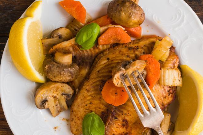 Ryba pieczona z pieczarkami: przepis dietetyczny