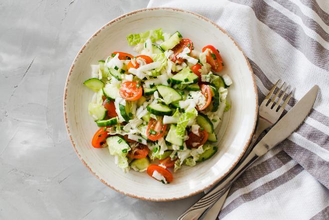 Surówka z kapusty, ogórków i pomidorów: soczysta i chrupiąca