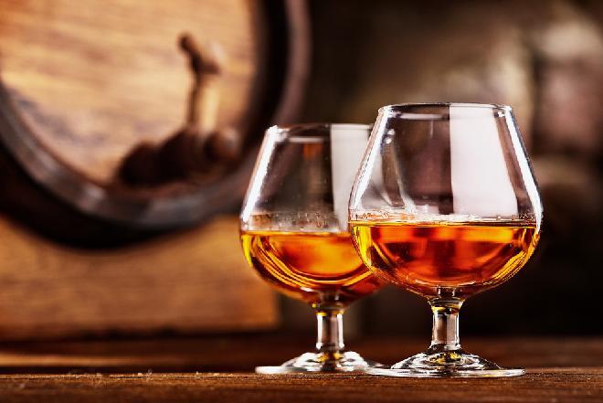 Domowy koniak dla zaradnych: sprawdzony przepis na winiak z Podlasia
