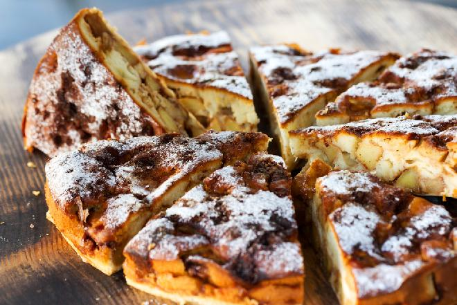 Ciasto z jabłkami i rodzynkami: przepyszna szarlotka sycylijska