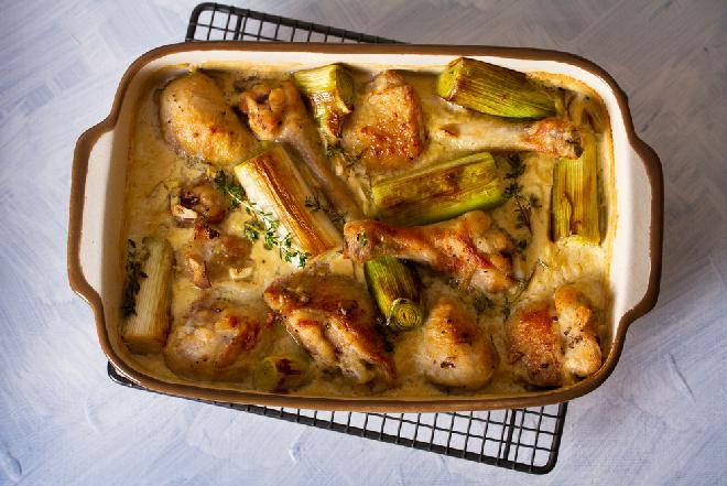 Przepyszne nogi kurczaka pieczone w śmietanowym sosie z porami: cały obiad z piekarnika