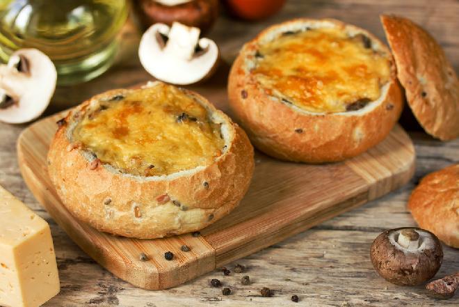 Zapiekanka w bochenku chleba - idealny sposób na wykorzystanie resztek