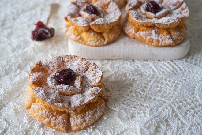 Róże karnawałowe: przepis na wykwintne ciastka na ostatki