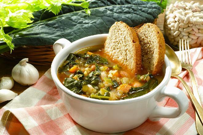 Zupa toskańska z kiełbasą i szpinakiem: przepis na ribollitę
